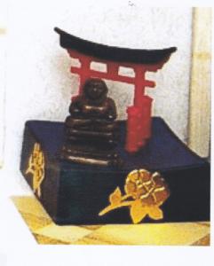 Den fantastiske opstilling med Buddha, guldblomster og lykkeport!