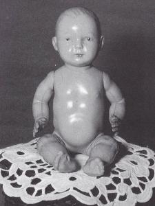 Dukken her er 17,5 cm høj og fra mellem 1910 og 1915—Den har fast hoved og bevægelige arme og ben. Hoved og led er meget smukt modelleret — let modelleret hår og malede blå øjne, mærket med W i cirkel,