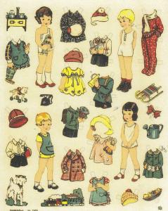 """I 1920erne gik små drenge og piger med """"Legeforklæder"""" for at skåne tøjet. Forklæderne var enkle og faconen funktionel. Ofte med en stor lomme på midten eller 2 små i siderne. Forklæderne her er typiske: i ensfarvet stof og kantet med en kulørt bort. Drengeforklæderne havde krydsede seler bagpå. På samme ark kan du ligeledes se """"et Hængeforklæde"""" over kjolen øverst tv. Efter den såkaldte """"reformmode"""" var forklæderne ikke så vide. De sad løst over kjolen og var med bindebånd i siderne, samt en enkelt lomme. Disse forklæder var dels beregnet til at skåne kjolen og dels som pynteforklæder!"""