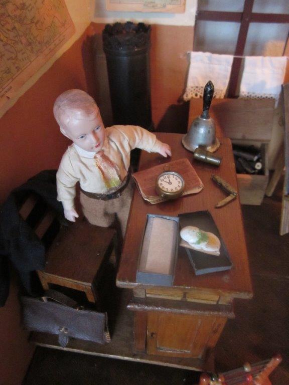 Lærer Andersen har fundet madkassen frem.