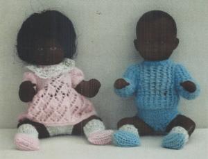 To små sorte Skildpadde-Ønskebabyer i fint strikket tøj, også med tak til Lilian Skov for lån af foto!