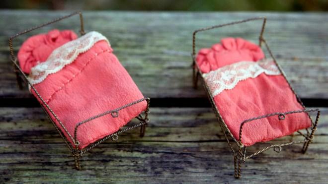 2 små senge fra Gottschalk huset sengene lavet i metaltråd og ikke så store med håndsyet sengetøj.