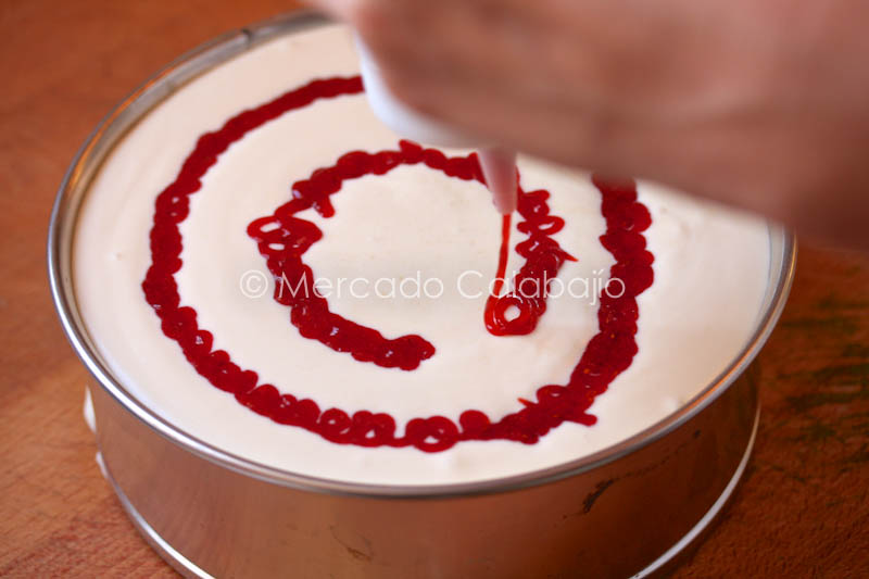 MOUSSE DE CHOCO BLANCO Y COULIS DE FRESAS DE TEMPORADA (4/6)