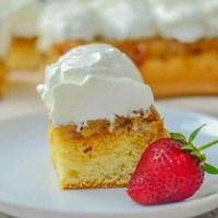Prăjitură răsturnată cu mere și frișcă - rețeta VIDEO
