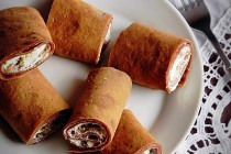 Clatite cu cacao si crema de branza