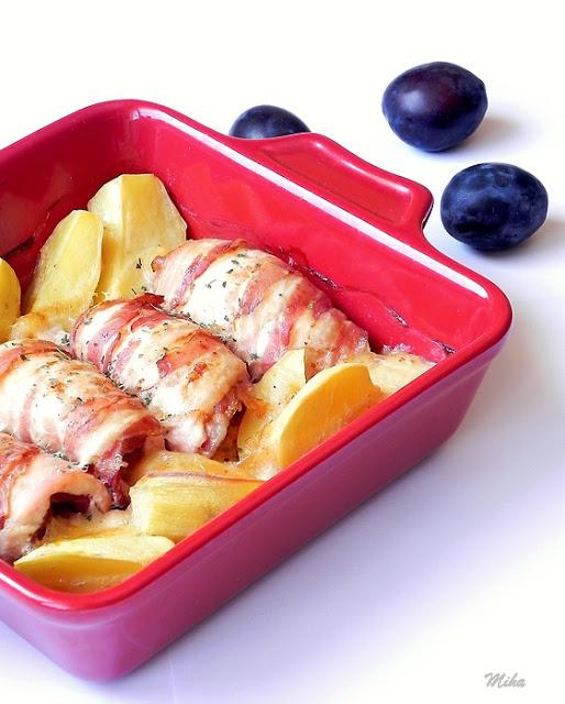 Rulouri de pui cu prune invelite in bacon