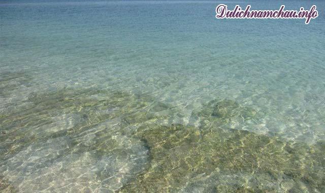 Cù Lao Câu với làn nước biển trong vắt mát lạnh khiến du khách say mê