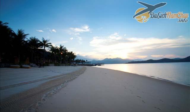 Đi dạo trên bãi biển cát trắng yên tĩnh ngắm bình minh ở đảo Hòn Tằm