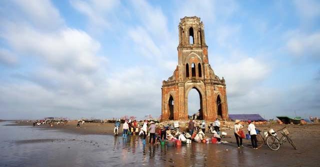 Nhộn nhịp trên bãi biển nhà thờ đổ Nam Định