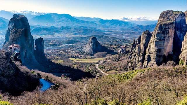 hang động Theopetra nằm cách Kalambaka 4 km. Nơi đây là một điểm khảo cổ lưu giữ bằng chứng về nơi ở của loài người cách đây hơn 130.000 năm