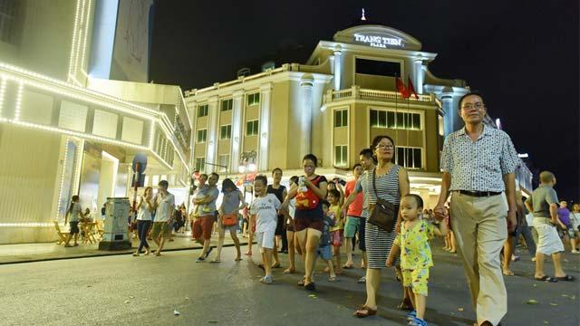 Phố đi bộ Hà Nội trước Tràng Tiền Plaza