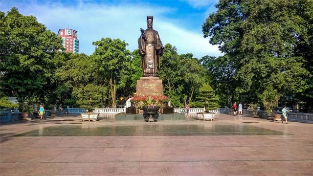 Tượng đại Vua Lý Thái Tổ trên phố đi bộ hồ Gươm Hà Nội