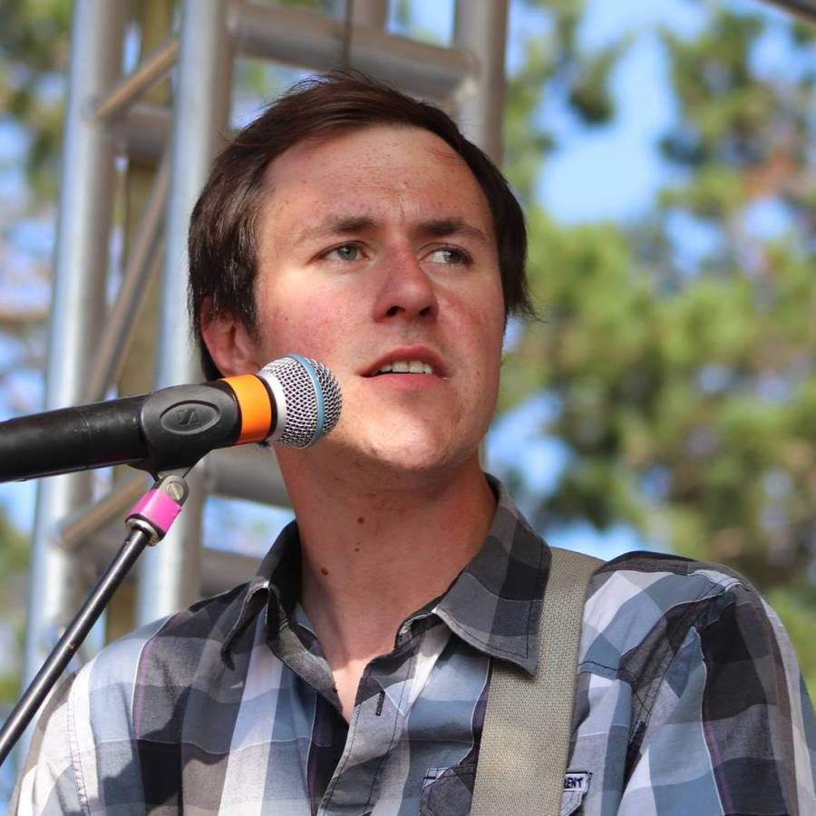 Photo of Shane Nelson playing at the Duluth Folk School