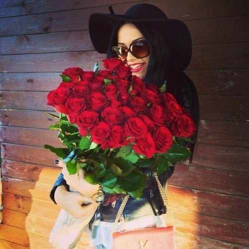 fashion-girl-with-red-roses