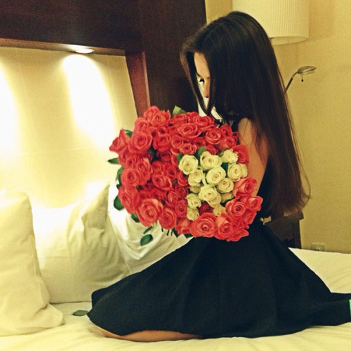 girl-wearing-black-dress-with-bouquet