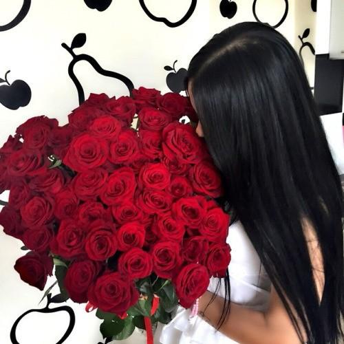long-hair-girl-smelling-red-roses