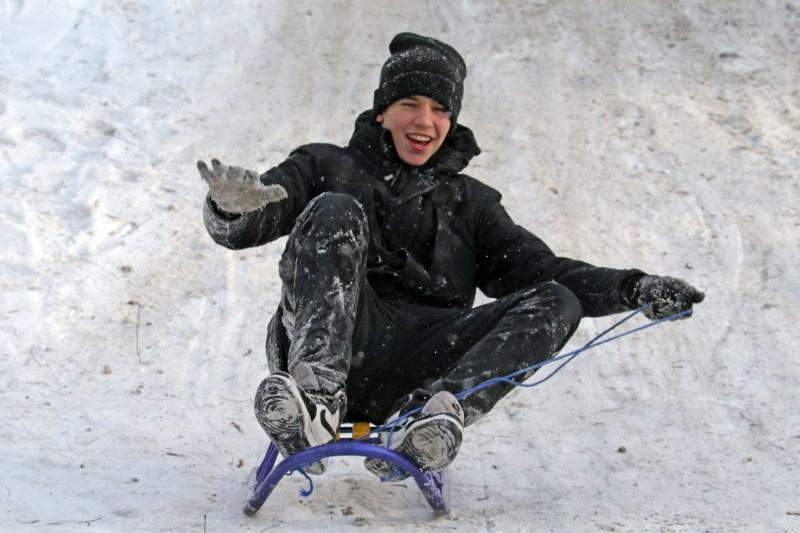 Такие разные пруды: в одесском парке Победы играют в хоккей и проваливаются под лед фигуристы-любители, а в Дюковском вода не замерзла