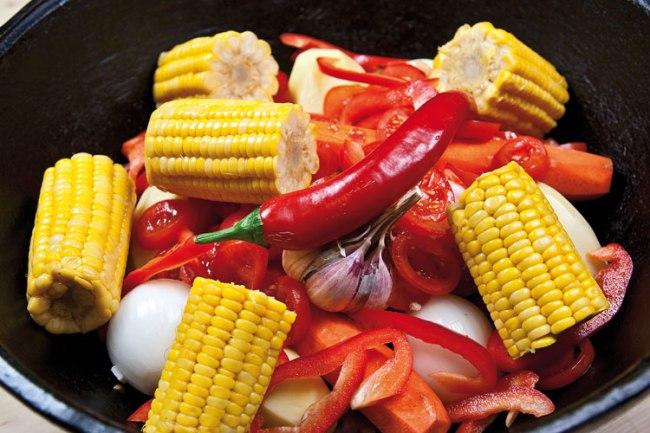 добавление кукурузы и острого перца