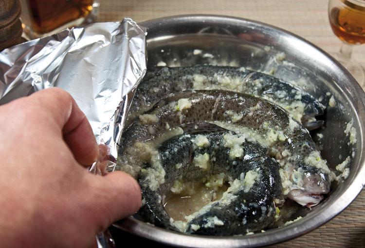 маринование форели в луке, лайме и коньяке