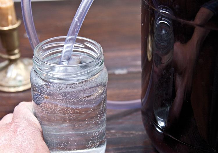 изготовление гидрозатвора для вина из черноплодной рябины