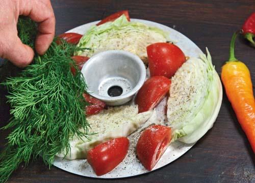 укладка помидоров, капусты и зелени на третий ярус пароварки