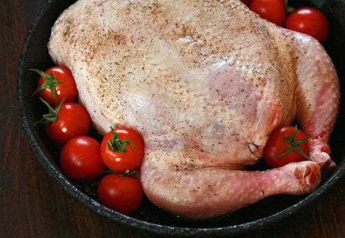 укладка фаршированной курицы в форму для запекания