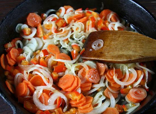 начало пассерования овощей для нутового супа