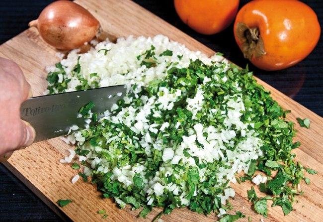 измельчение лука и зелени для хунона (ханума) с мясной и картофельной начинкой