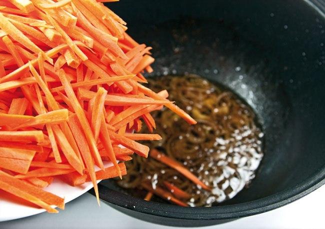 добавление моркови вслед за луком