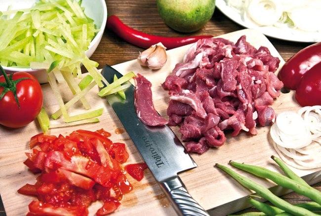 подготовка продуктов для подливы к батте (ганфану)