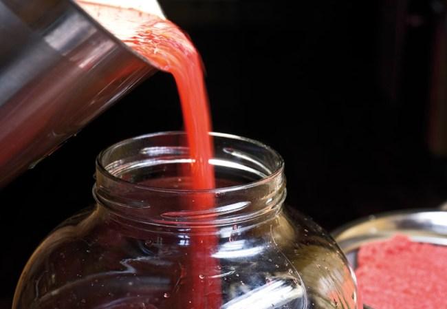 переливание забродившего клубничного сока