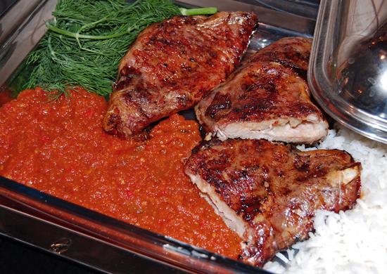 сервировка и подача свиной корейки с домашним кетчупом