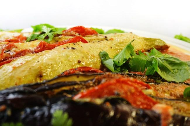 кабачок и баклажан, начиненные помидорами и моцареллой