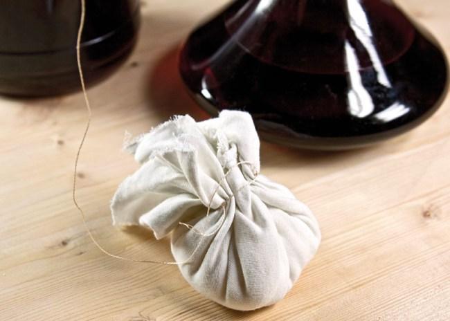 формирование мешочка с сахаром для подслащивания вина из малины