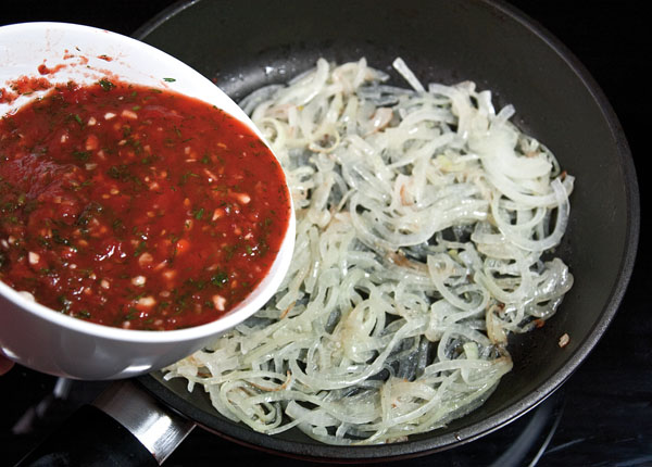 пассерование лука и добавление томатов для обжарки