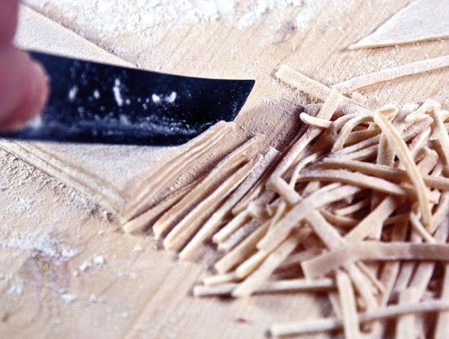 нарезка лапши из тестяных заготовок