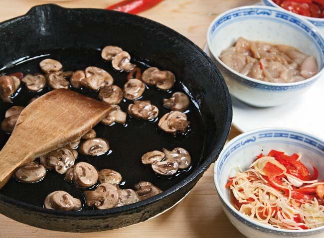 припускание компонентов для супов на сковороде