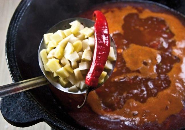добавление картофеля и острого перца в машхурду