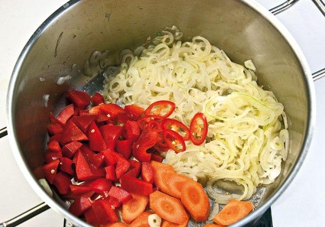 добавление моркови, сладкого и острого перца для кесма-лагмана