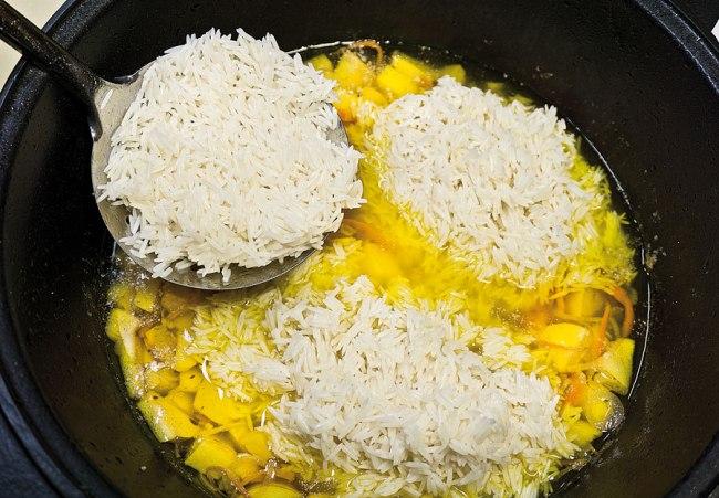 добавление риса в зирвак для постного плова