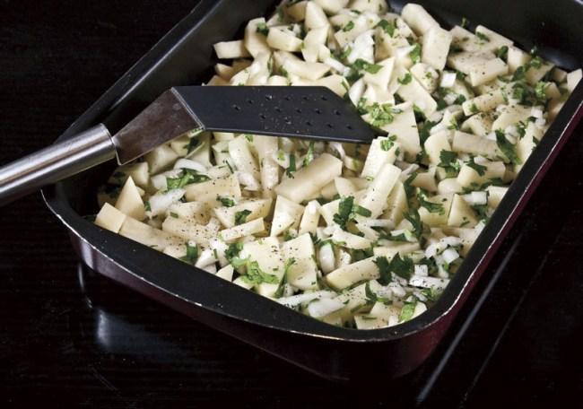 засыпка подготовленного картофеля в форму для запекания