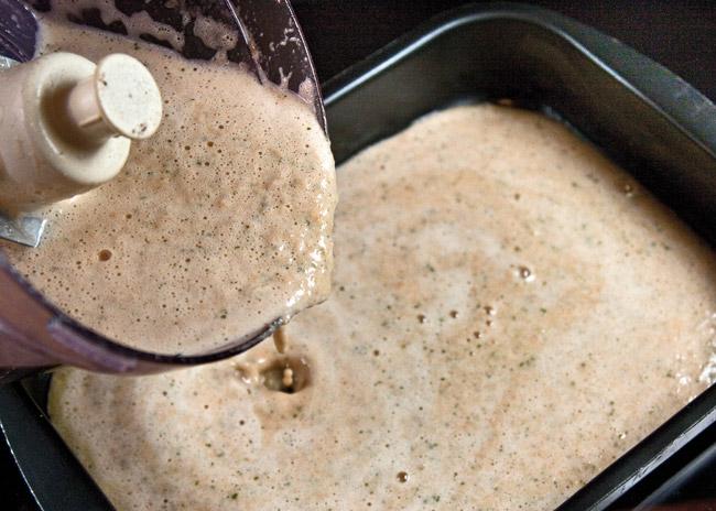 перемещение пюрированых овощей и взбитых яиц в форму для запекания холостяцкого суфле