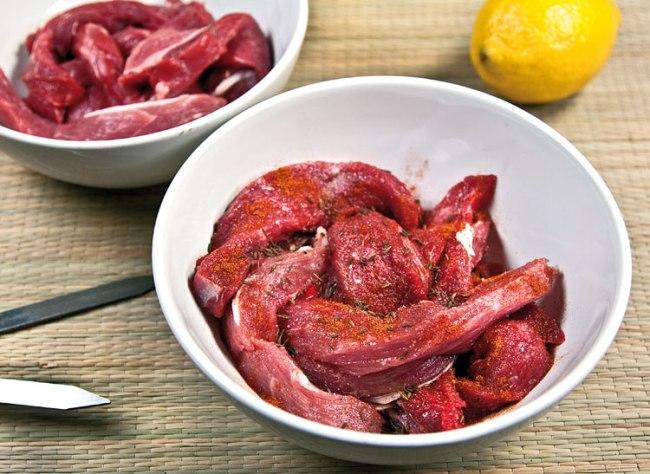 маринование одной части мяса для шашлыка-косички