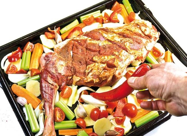 добавление острого перца к мясу для запекания в духовке