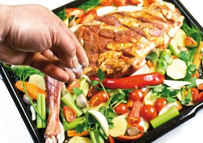 добавление соли к овощам для запекания в духовке
