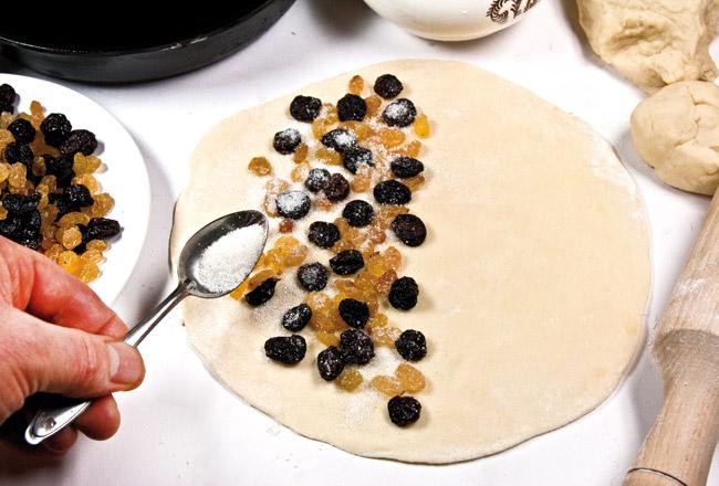 укладка и подсахаривание изюма на сочне для сладкого чебурека ляваш