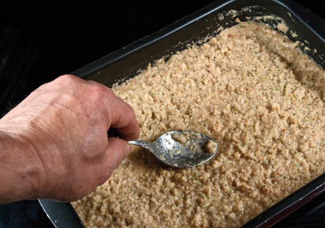 перемешивание измельченного хлеба с яично-овощным пюре