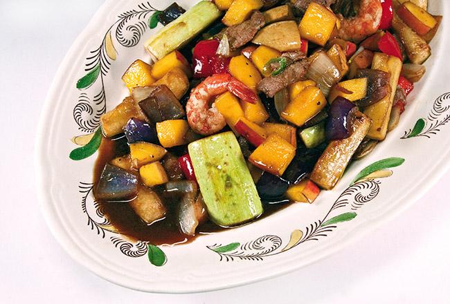 сервировка и подача теплого салата с манго и овощами