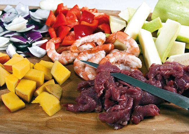 подготовка продуктов для теплого салата