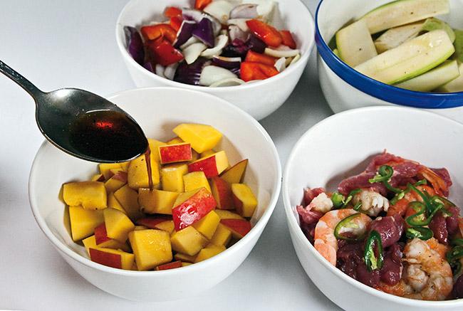 смешивание маринада с компонентами теплого салата
